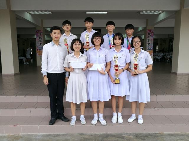 乒乓赛得奖同学与指导老师黄冠宋(第一排左一)