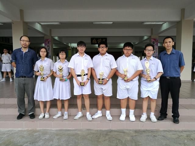 棋艺比赛得奖同学与指导老师 张厚笠(右一) 、刘庆鸿(左一)