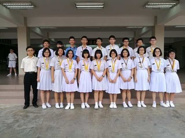 全柔圣约翰救伤队与步操赛得奖同学与顾问老师 叶国平(第一排左一)。