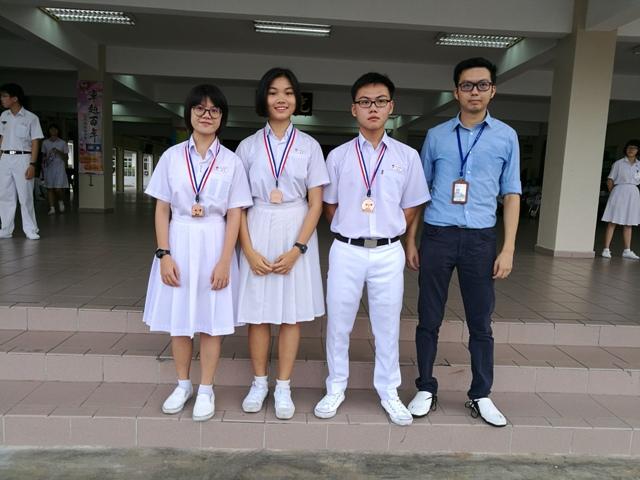马来西亚全国跆拳道学界赛得奖同学与指导老师张礼根(右一)