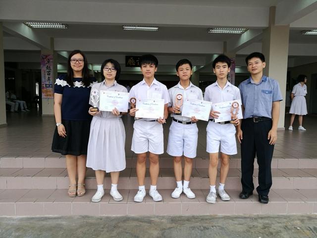 全国中学数学奥林匹克数学营[MDTC] 得奖同学与领队老师杨筠照(左一) 丶严文龙(右一)